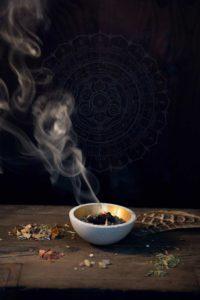 Räuchern mit Beifuß – Artemisia vulgaris, das Mutterkraut begleitet den Menschen seit der Steinzeit. Ein ausfürliches Pflanzenportrait im Herbal Hunter-Herbarium. Kräuterblog.