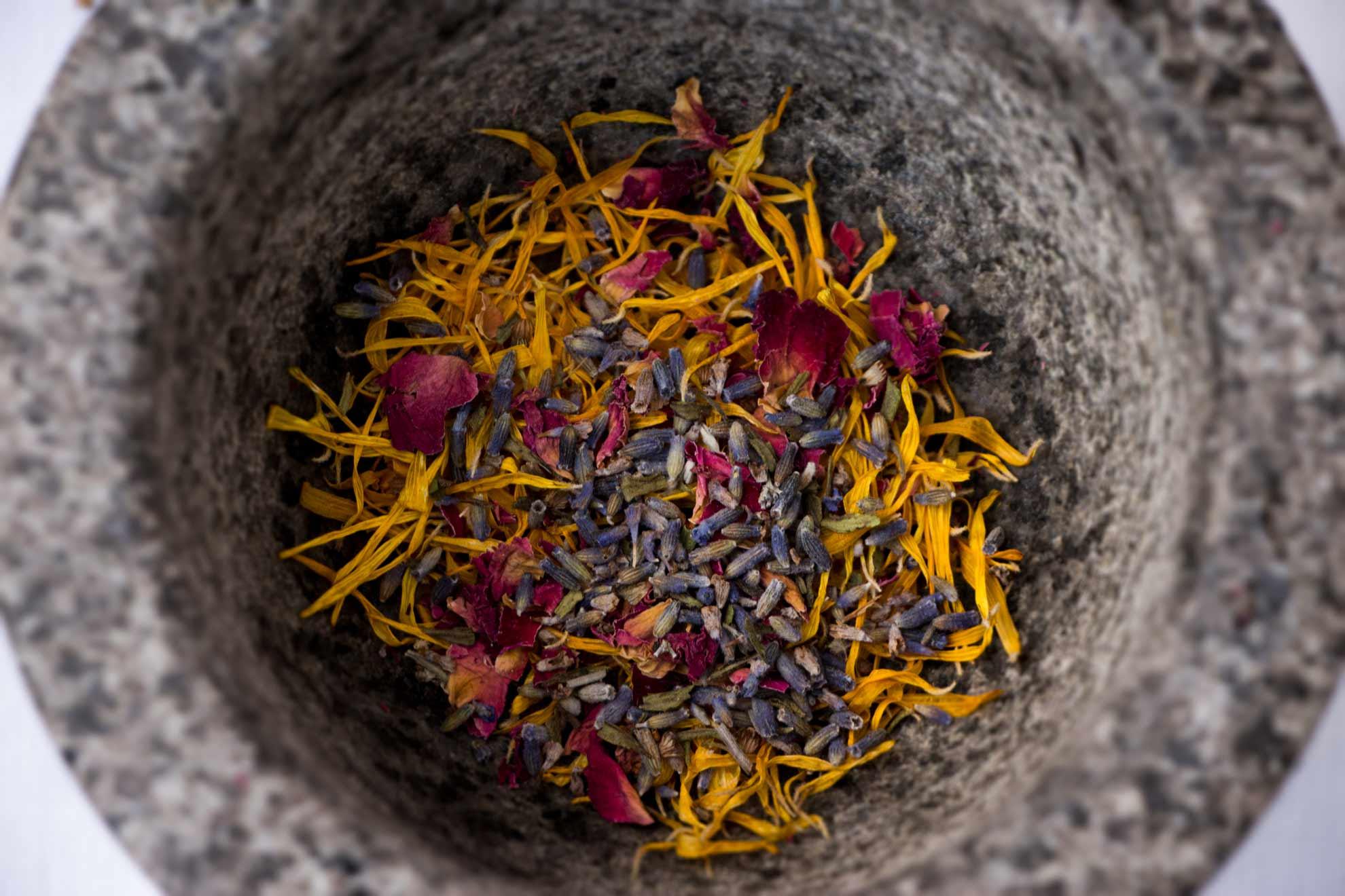 Blüten-Peelingseife mit Mandelkleie und Kokosöl – für zarte Hände auch im Winter