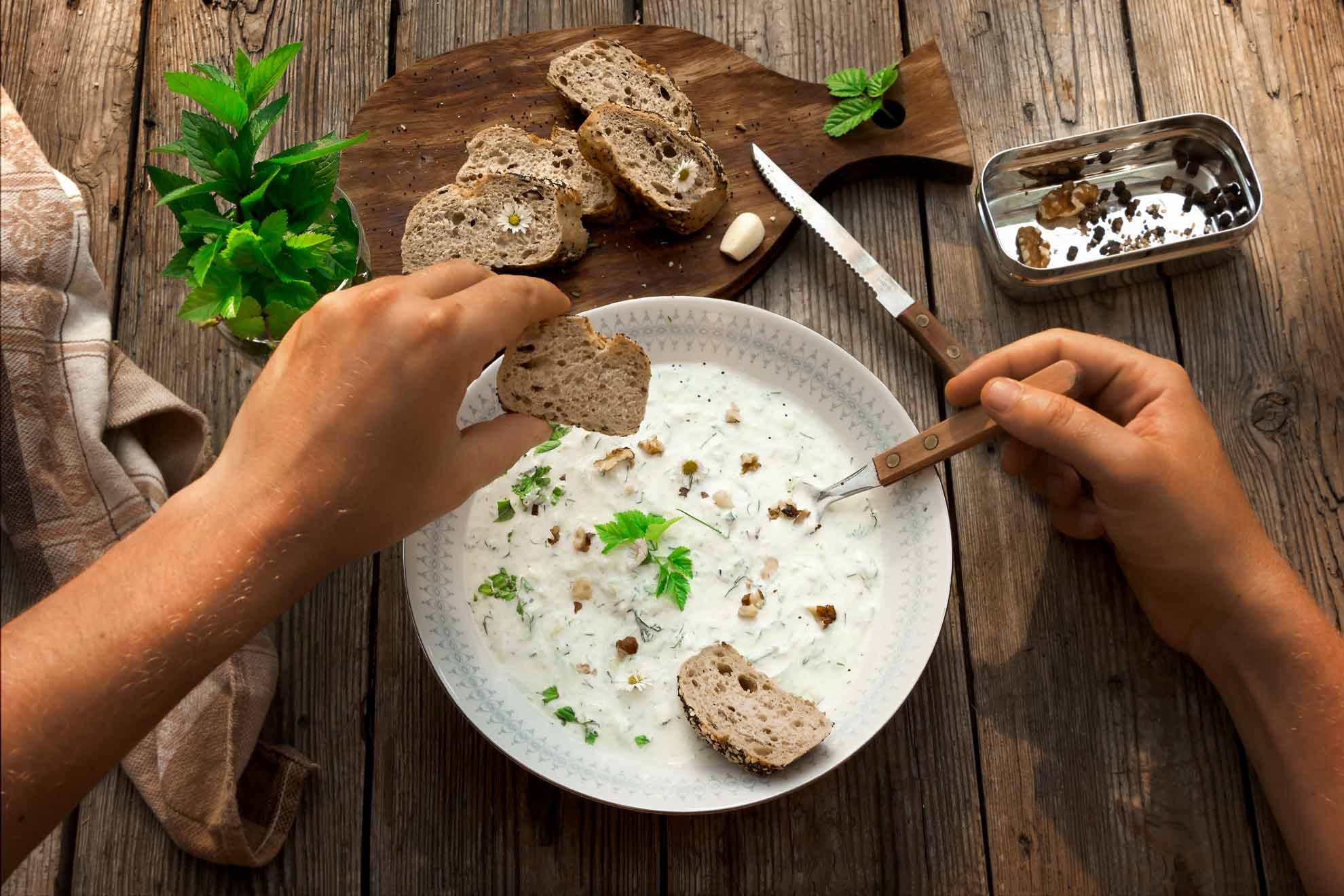 Herbal Hunter-Kräuterblog -saisonale Wildkräuterrezepte-Tarator-Rezept kalte Gurkensuppe