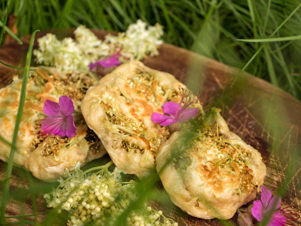 Herbal Hunter Kräuterblog Rezept für Baumblüten-Pancakes mit Holunder