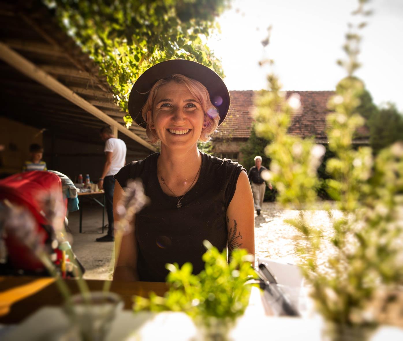Herbal Hunter – Claudia Zesche, Kräuter- und Wildnispädagogin aus Potsdam. Erfahre mehr über die natürliche Vielfalt der essbaren Wildkräuter und Bäume! Foto by Uwe Balewski